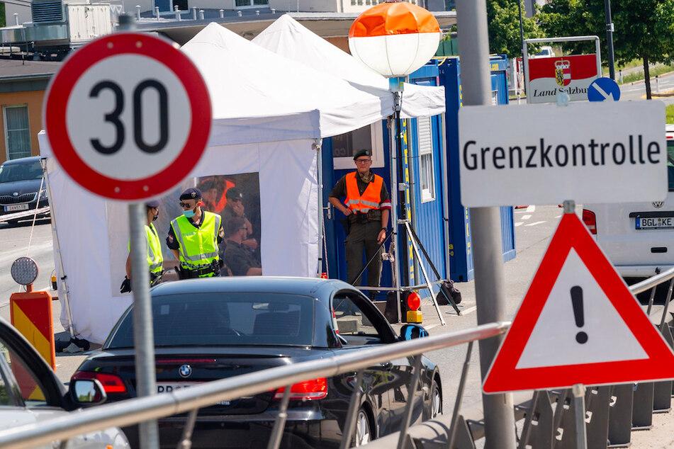 Bundespolizisten führen am bayerischen Grenzübergang Freilassing zwischen Deutschland und Österreich Grenzkontrollen durch.