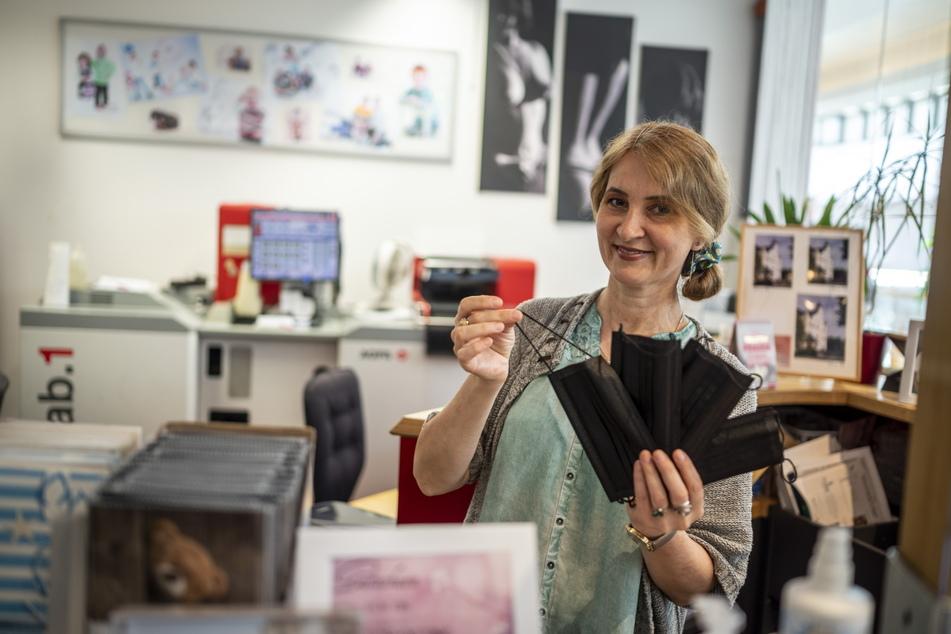 """Olga Gorchakova (50) hat im """"Fotostudio L"""" noch Masken auf Lager - doch hier braucht sie keine mehr."""