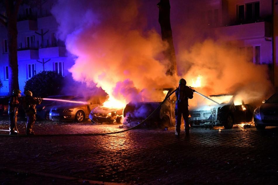 Die Feuerwehr löscht drei brennende Autos in Berlin-Lichtenberg.