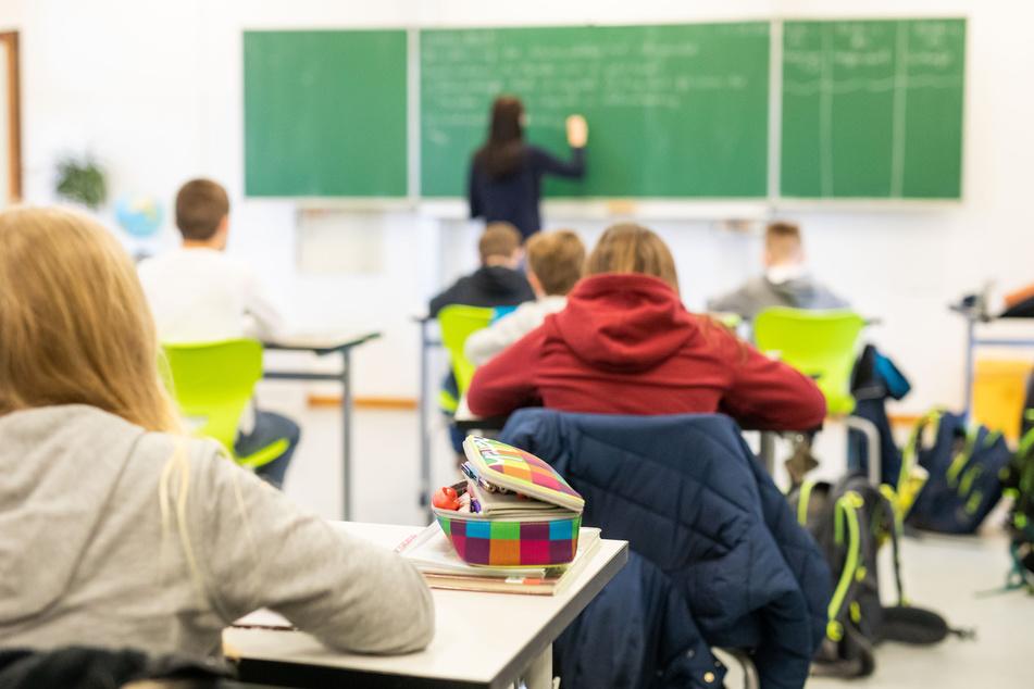 Zurück ins Klassenzimmer! Viele Schulen starten in den Regelbetrieb. (Symbolbild)