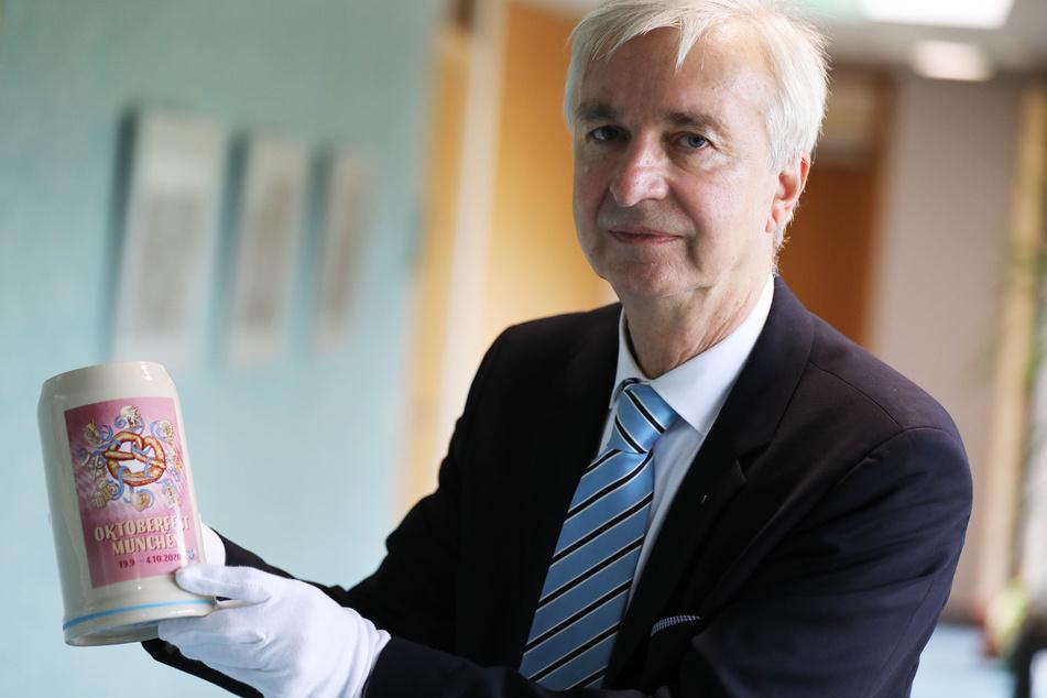 Dietmar Preißler, Sammlungsdirektor im Haus der Geschichte, zeigt einen Bierkrug des abgesagten Oktoberfestes 2020.