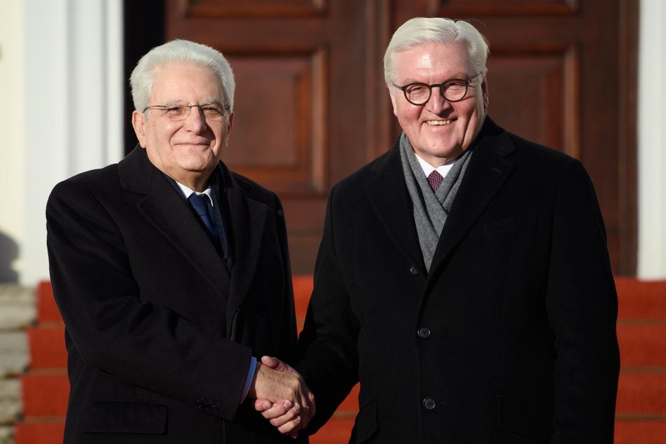 Sergio Mattarella (l), Präsident der Republik Italien, und Bundespräsident Frank-Walter Steinmeier (SPD) geben sich vor dem Schloss Bellevue die Hand. (Archivbild)