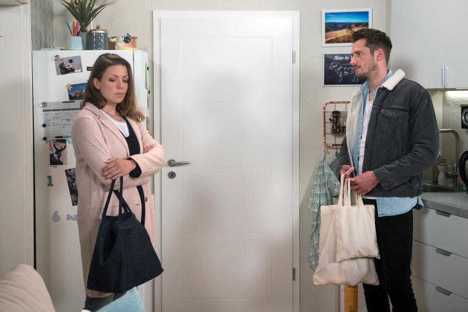 Judith (Katrin Ingendoh, 37, l.) will nicht akzeptieren, dass Alex (Philipp Oliver Baumgarten, 32, r.) Sohn Oskar bei sich behalten will.