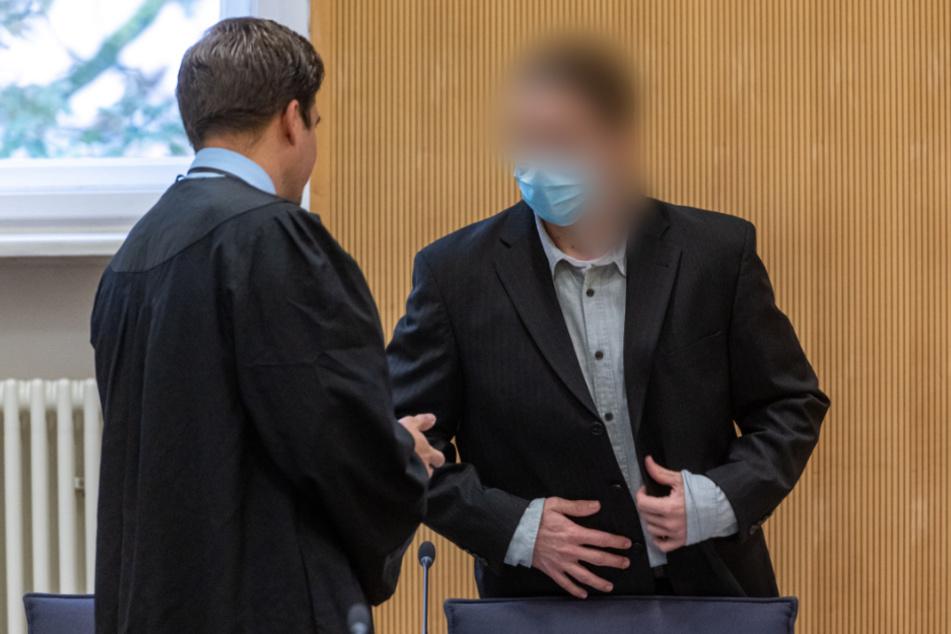 Der wegen Mordes an Maria Baumer angeklagte 35-Jährige steht mit seinem Verteidiger Johannes Büttner bei einem Verhandlungstag im Gerichtssaal. (Archiv)