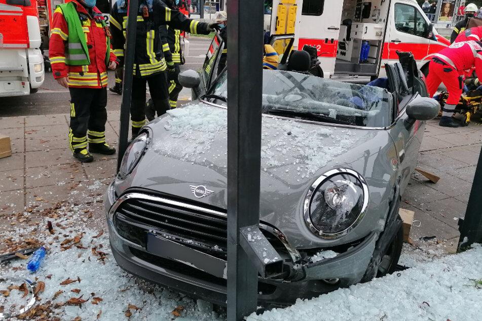 Stuttgart-Zuffenhausen: Mini-Fahrerin kracht in Bushaltestelle
