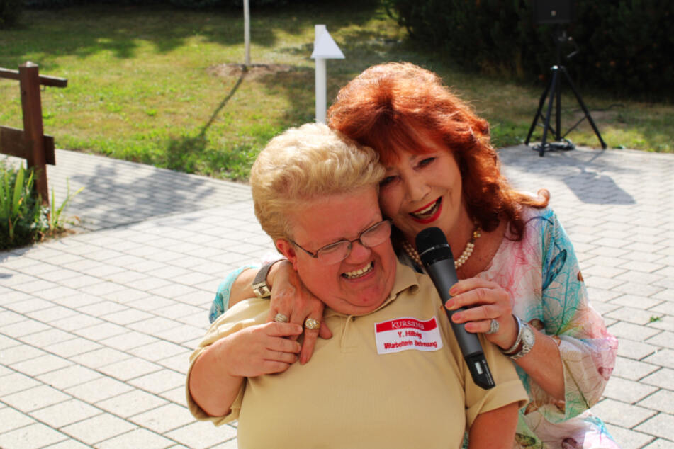Lebensfreude. Beim Konzert mit Regina Thoss im Pflegeheim animierte Yvonne (l.) die Bewohner dazu, sich im Rhythmus zu bewegen.