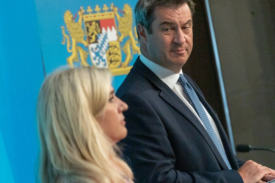 Bayerns Ministerpräsident Markus Söder (CSU, r.) bei einer Pressekonferenz mit Melanie Huml (CSU), der Staatsministerin für Gesundheit und Pflege.