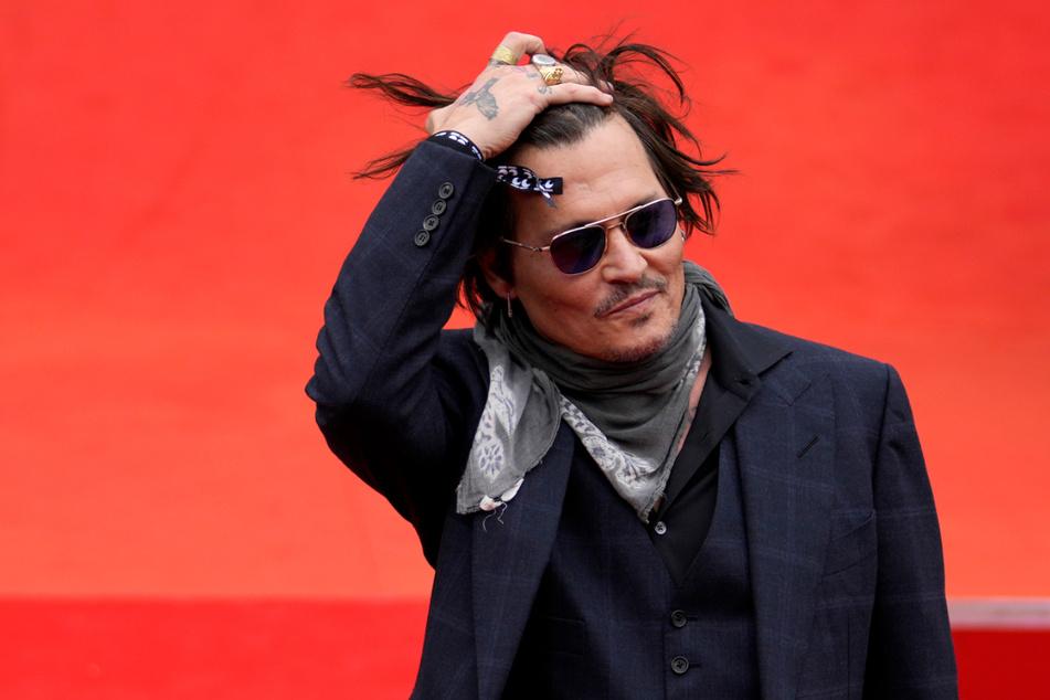 Auf dem 55. Filmfestival in Karlsbad traf US-Hollywood-Legende Johnny Depp (58) seinen Kumpel Alex Becker und signierte ein für ihn angefertigtes Trikot des VfB Suhl. Das Jersey soll nun zugunsten des Klubs versteigert werden.