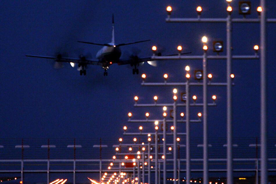 Leipzig: Unbekannter zielt mit Laser auf Flugzeug: Pilot bricht Landung ab