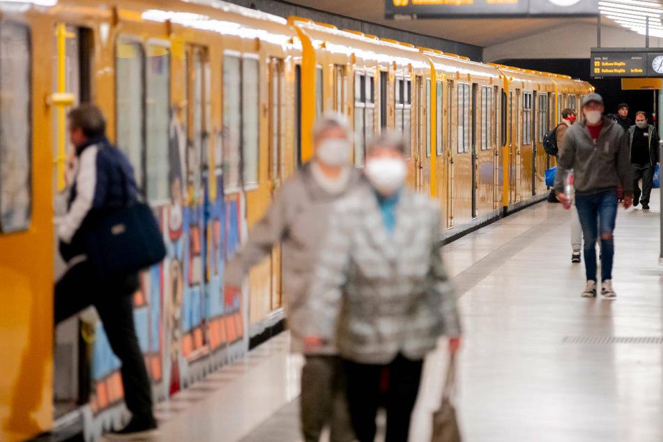 Wer mit Berliner Bussen oder Bahnen fährt, muss Maske tragen, sonst wird es teuer. (Symbolfoto)