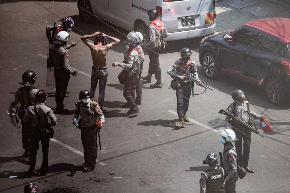 Polizisten nehmen einen Demonstranten bei einem Protest gegen den Militärputsch fest.