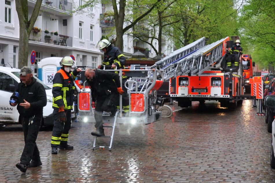 Zwei Personen wurden per Drehleiter aus dem Dachgeschoss gerettet.