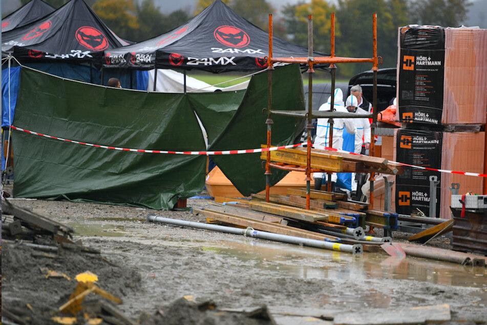 Sichtschutzplanen wurden nach einem Unfall auf einer Baustelle aufgestellt. Vier Arbeiter sind dort beim Einsturz einer Betondecke getötet worden.