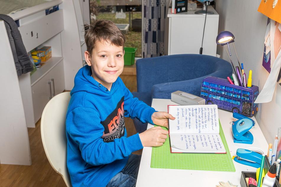 Tapfer und fleißig: Mattheo beim Schreiben seines Erlebnisberichts.