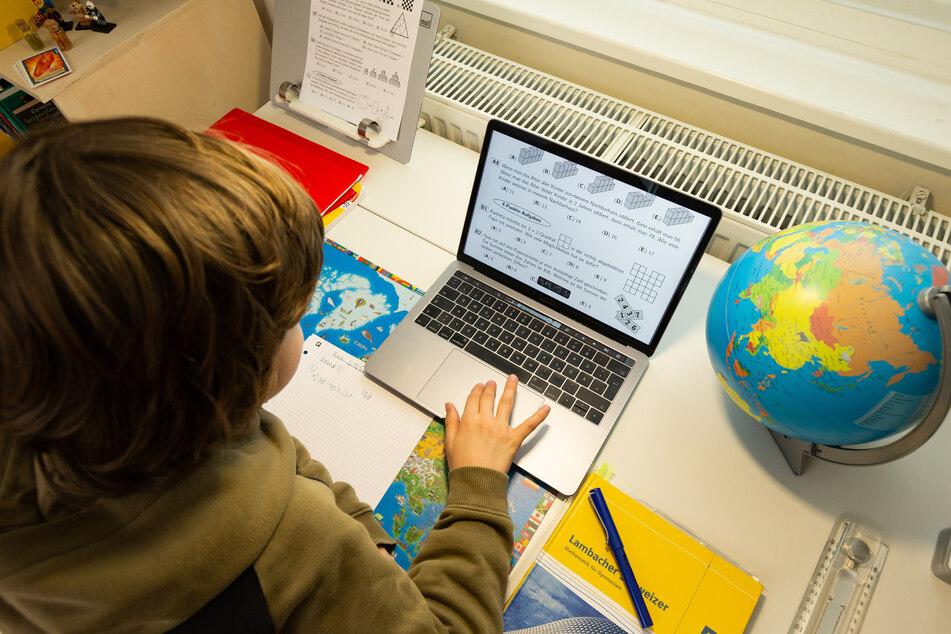 Bis jetzt arbeiten Schüler noch an den heimischen Schreibtischen. (Symbolbild)