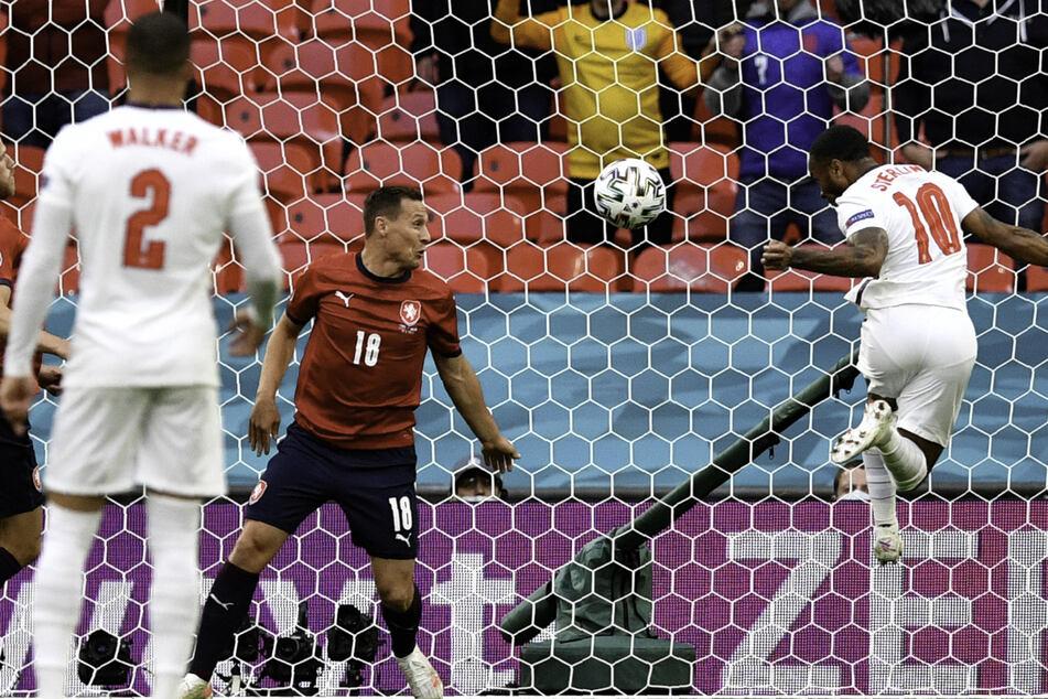 Verdiente Führung! Raheem Sterling (r.) nickt per Kopf zum 1:0 für England ein.