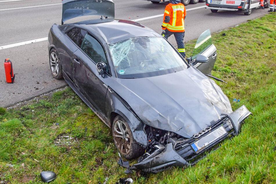 Ein Blick auf den Schaden des Audis nach dem Unfall.