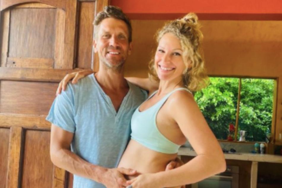 Janni (30) und Peer (45) erwarten derzeit ihr drittes Kind.