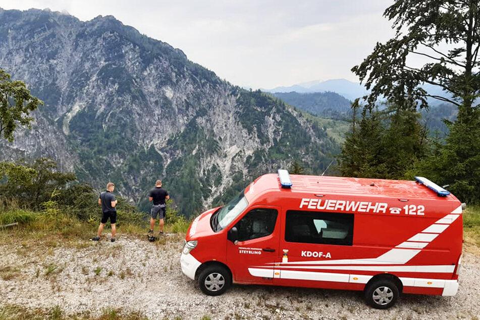 Die Feuerwehr mobilisierte mehrere Kräfte, die die Berge mit Fahrzeugen absuchten.