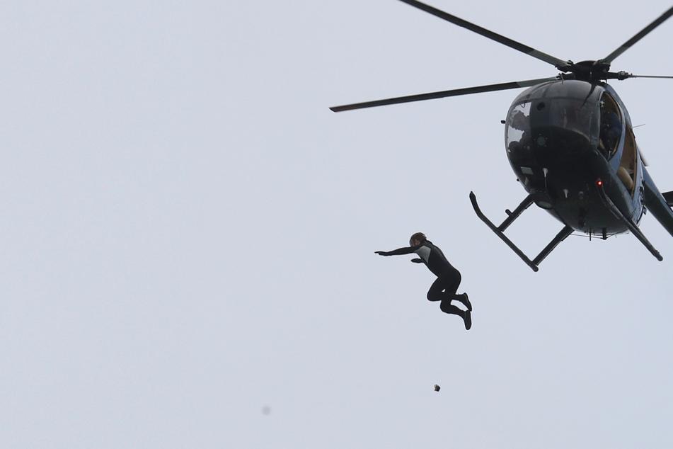 Mann springt ohne Fallschirm aus Helikopter, Weltrekordversuch geht fast schief