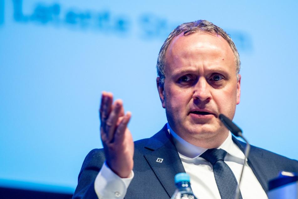 HSV-Finanzvorstand Frank Wettstein (47) kann sich trotz Corona über ein schrumpfendes Defizit freuen. (Archivbild)