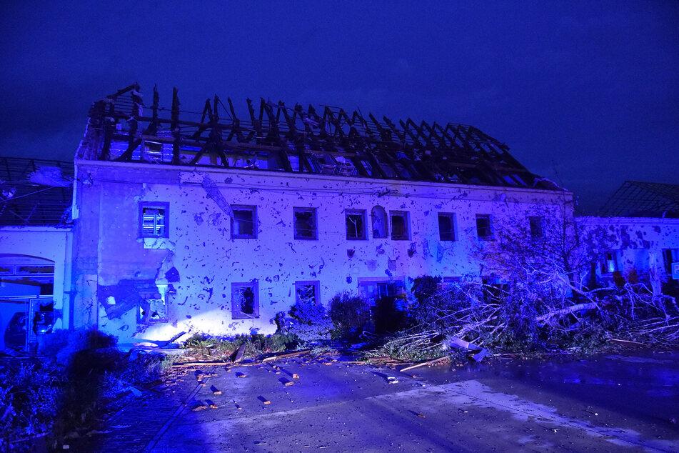 Ein Haus ist beschädigt, nachdem ein Tornado das Dorf Moravska Nova Ves im Bezirk Hodonin getroffen hat.