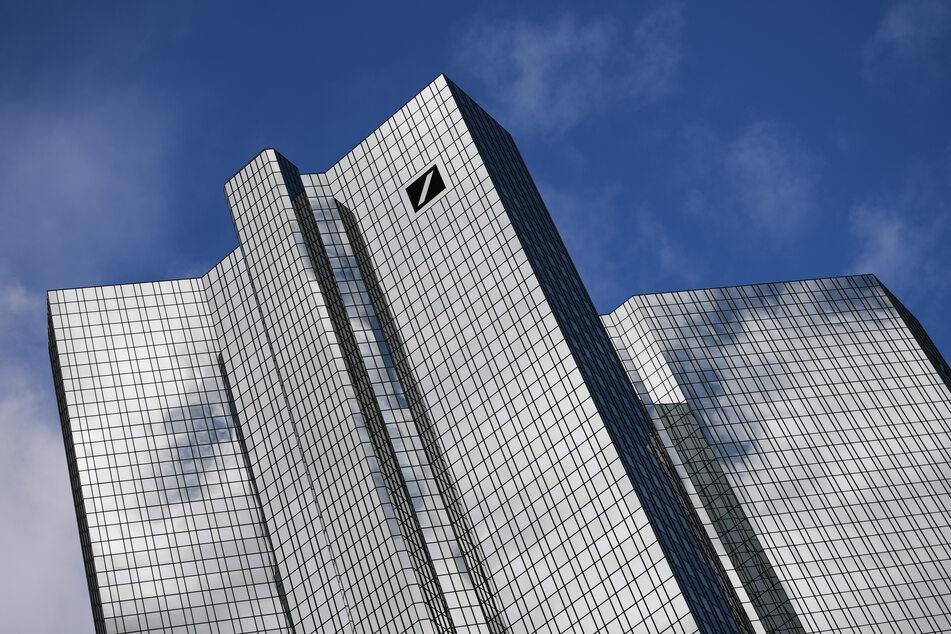 Wolken spiegeln sich in der Fassade der Zentrale der Deutschen Bank.