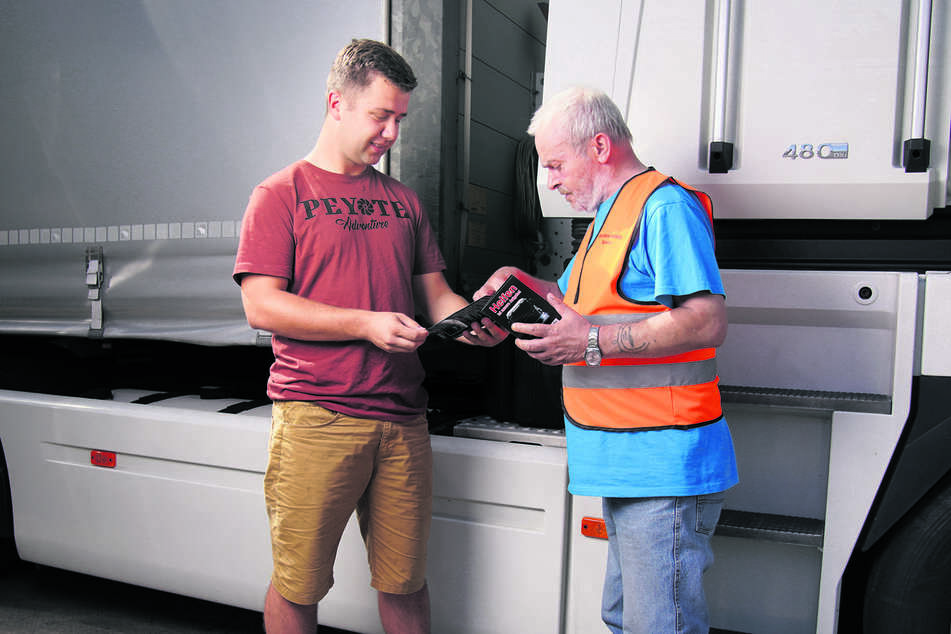 Der Ex-Trucker im Gespräch mit Fernfahrer Kamil (26) aus Polen, dem er das neue Angebot näherbringen will.
