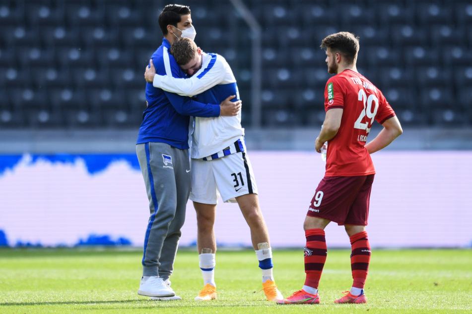 Erlösung bei der Hertha. Sami Khedira (34/l.) umarmt Teamkollege Marton Dardai (19).