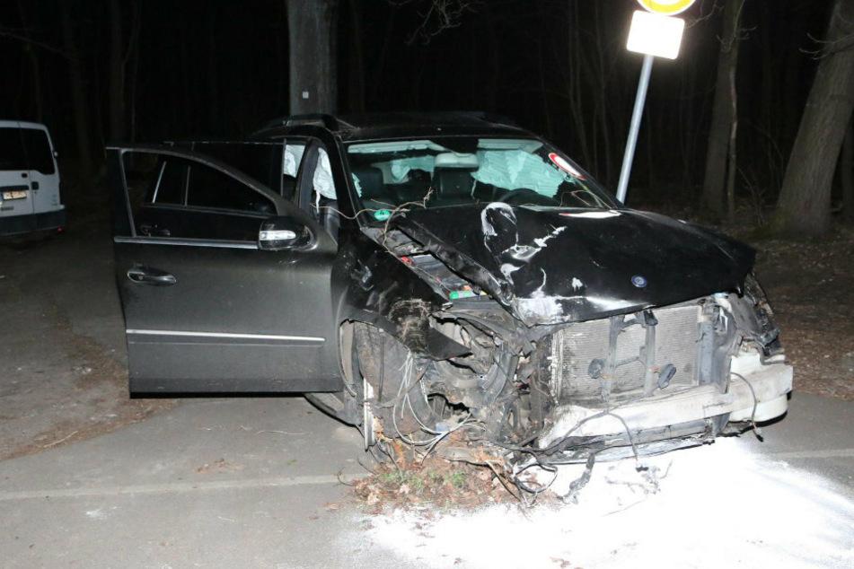 Mercedes kommt von Fahrbahn ab und prallt gegen Baum: Fahrer flüchtet!