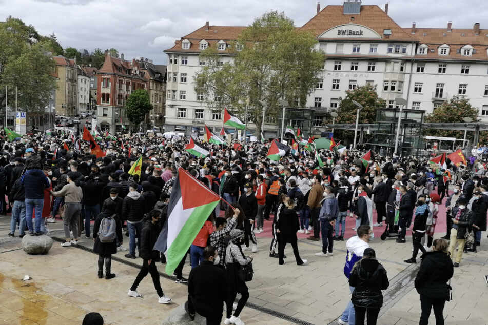 Hunderte Menschen versammelten sich auf dem Stuttgarter Marienplatz.