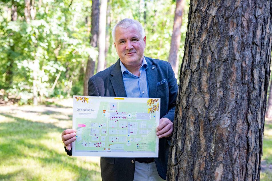 """""""Die Nachfrage ist da"""": Betriebsleiter Robert Arnrich (52) am bereits vorbereiteten Grabfeld."""