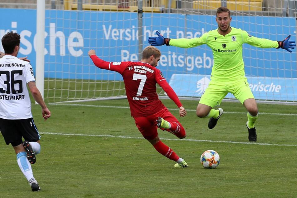 Fabio Kaufmann (M.) traf gegen die Löwen gleich doppelt.