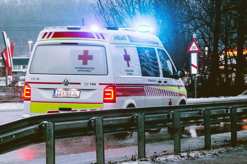 Ein Krankenwagen brachte den Jugendlichen ins Krankenhaus. (Symbolbild)