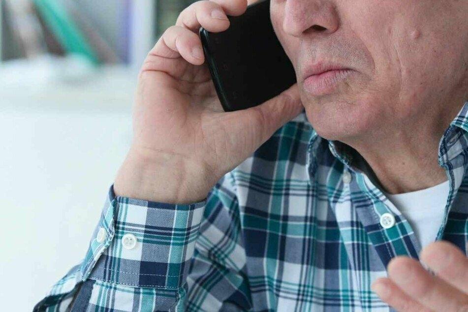 Das Opfer glaubt - nach Erhalt der Post - mit einem Mitarbeiter der Bank zu sprechen. Ein teurer Fehler. (Symbolbild)