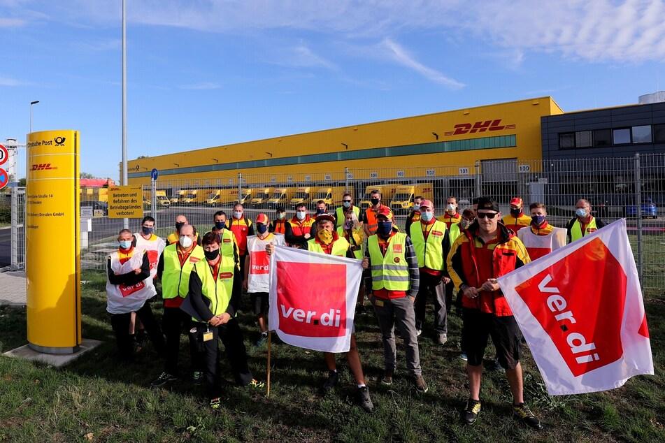 Angestellte der Post streiken in Dresden.