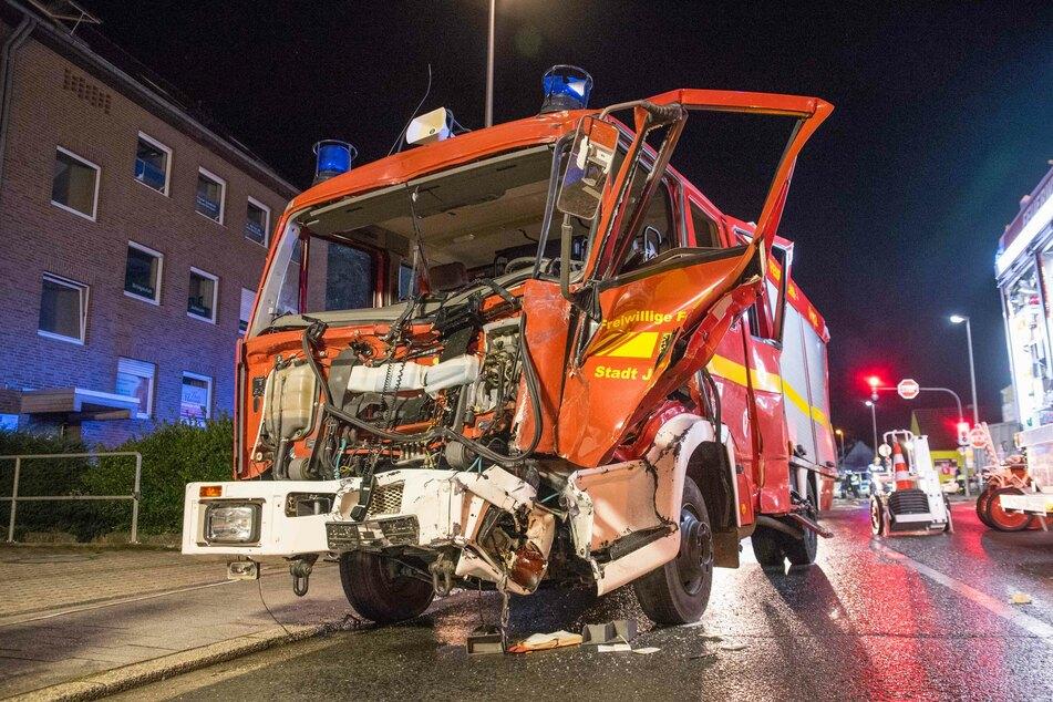 Das Feuerwehrauto stieß frontal mit dem Lastwagen zusammen und war nicht mehr einsatzbereit.