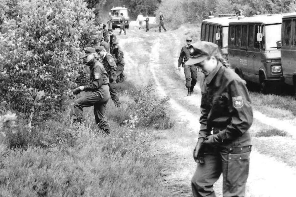 Eine Hundertschaft der Polizei durchkämmte den Wald in der Göhrde bereits im Juli 1989.