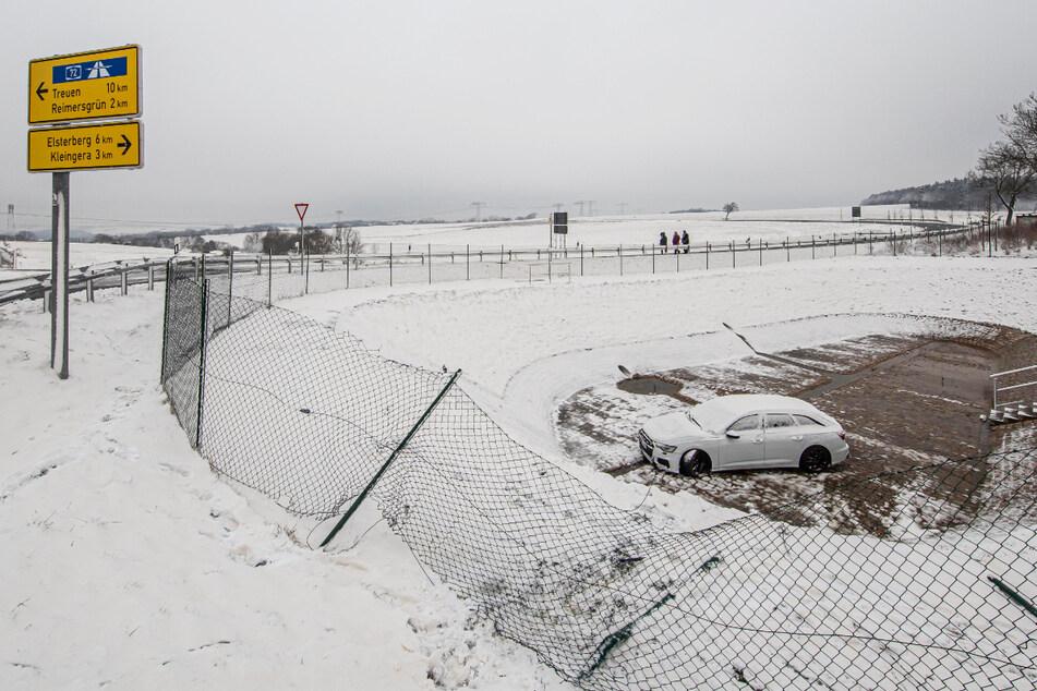 Nachdem der Audi von der Fahrbahn abgekommen ist, durchbrach er einen Zaun und landete in einem Regenrückhaltebecken.
