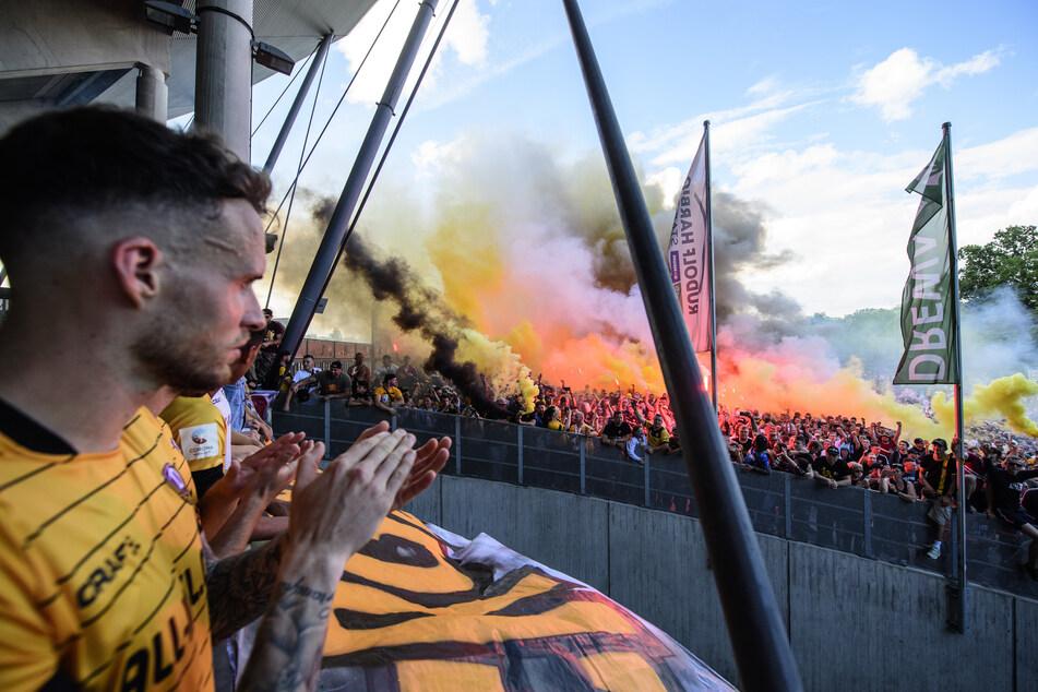 Die Mannschaft, hier Patrick Schmidt, ließ sich von den Anhänger feiern.