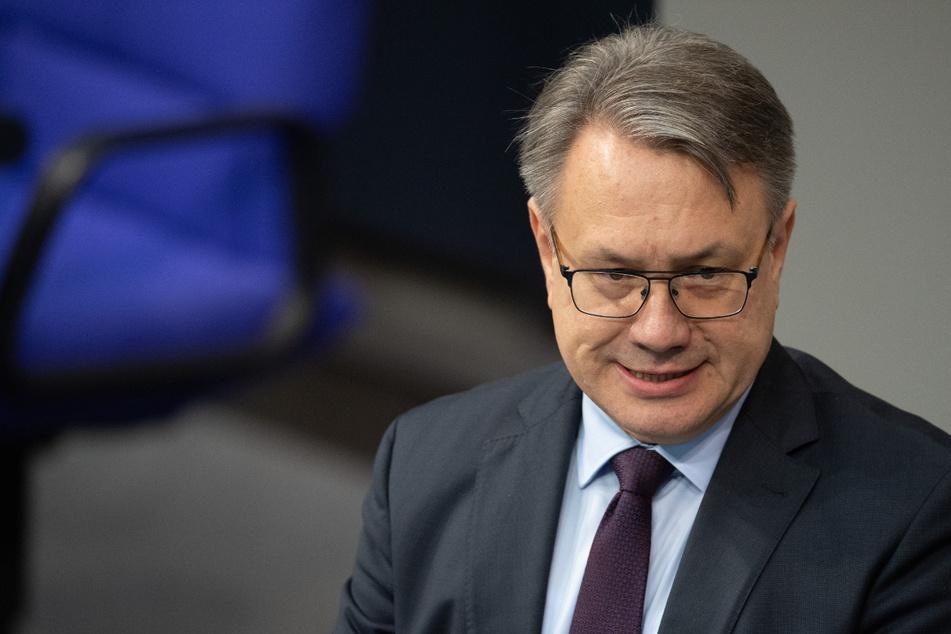 Das ehemalige CSU-Mitglied Georg Nüßlein (52) geht mit seinen Anwälten gegen die Ermittlungsmaßnahmen in der Maskenaffäre vor.