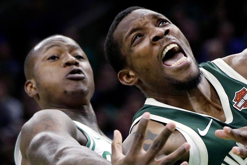 Boston: Basketball: NBA, Boston Celtics - Milwaukee Bucks. Terry Rozier (l) von den Boston Celtics gegen Eric Bledsoe von den Milwaukee Bucks. (Archivbild)