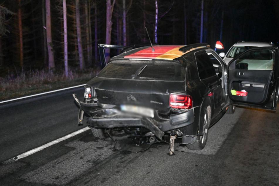 Das Heck des Citroen C4 ist zerbeult. Der Wagen wurde etwa 100 Meter über die Straße geschleudert.