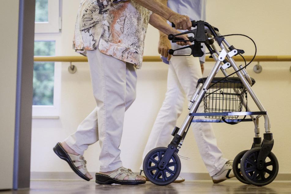 Fünf Menschen sind bisher im Freistaat nach einer Infektion mit dem Coronavirus gestorben, vier davon waren Bewohner von Pflegeheimen. (Symbolbild)