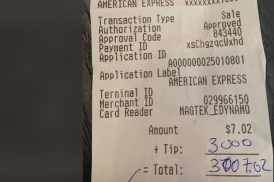 Gast bestellt ein Bier, Barbesitzer kann danach sein Glück kaum fassen