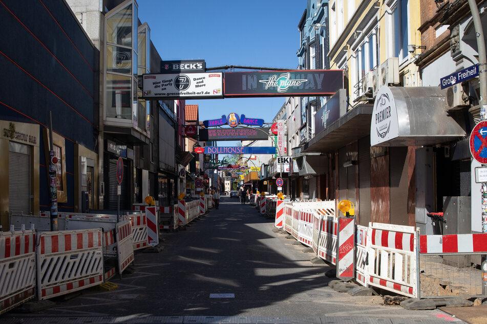 """Eine Baustelle säumt die fast menschenleere Straße """"Große Freiheit"""" auf der Reeperbahn."""