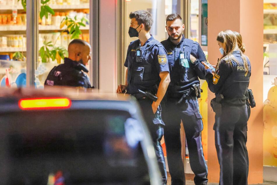 Raubüberfall auf Drogeriemarkt: Täter bedroht Angestellte mit Waffe! Mann ist auf der Flucht