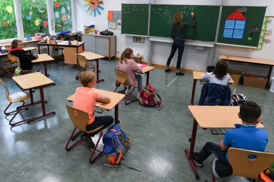 Die 1,5-Meter-Abstand-Regel gilt zwischen Lehrern, Schülern und Betreuern innerhalb des Klassenverbandes für den Präsenz-Unterricht gilt im nächsten Schuljahr nicht mehr (Archivbild).