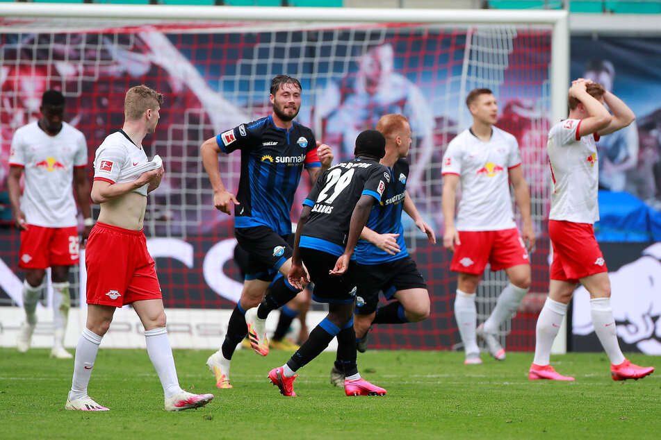 Während sich der SC Paderborn über den Last-Minute-Ausgleich freute, schlugen Leipzigs Kicker die Hände über dem Kopf zusammen.