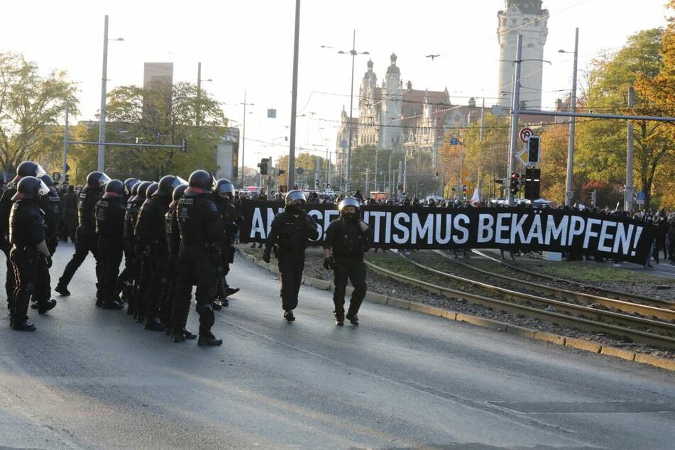 Die Gegendemonstration hat sich nahe des Wilhelm-Leuschner-Platzes positioniert.